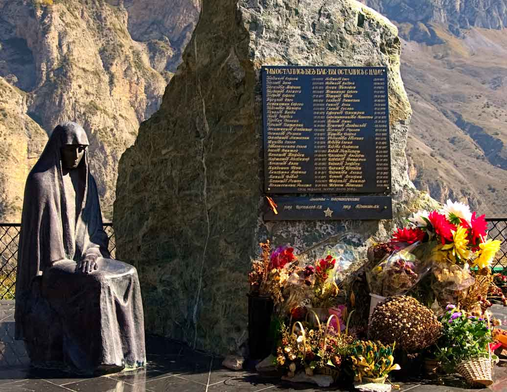 Памятник погибшим при сходе ледника Колка.