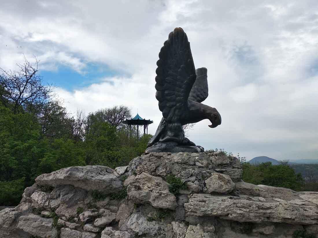 Эмблема г. Пятигорска скульптура Орел.