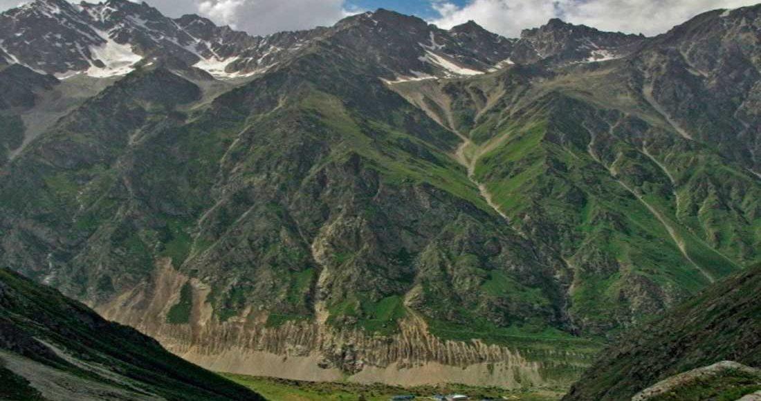 Безенги, вид на альплагерь из ущелья Мижирги.