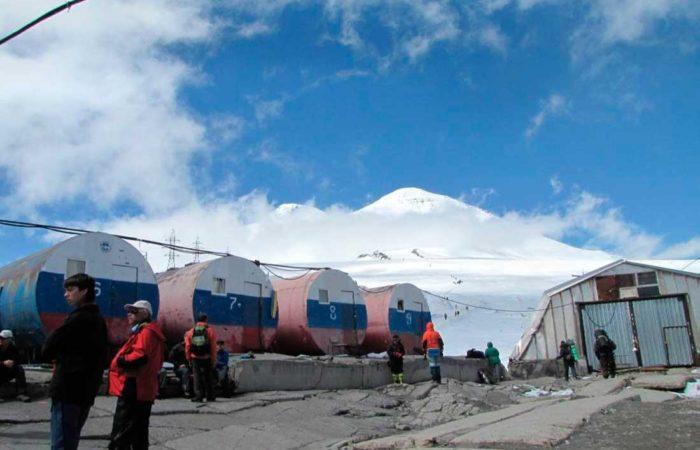 """Высокогорный приют """"Бочки"""" (3800 метров н.у.м.)."""
