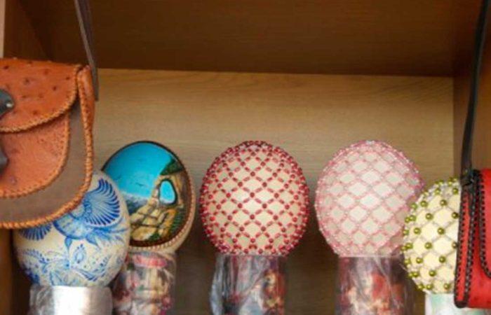 Сувениры из страусиных яиц.