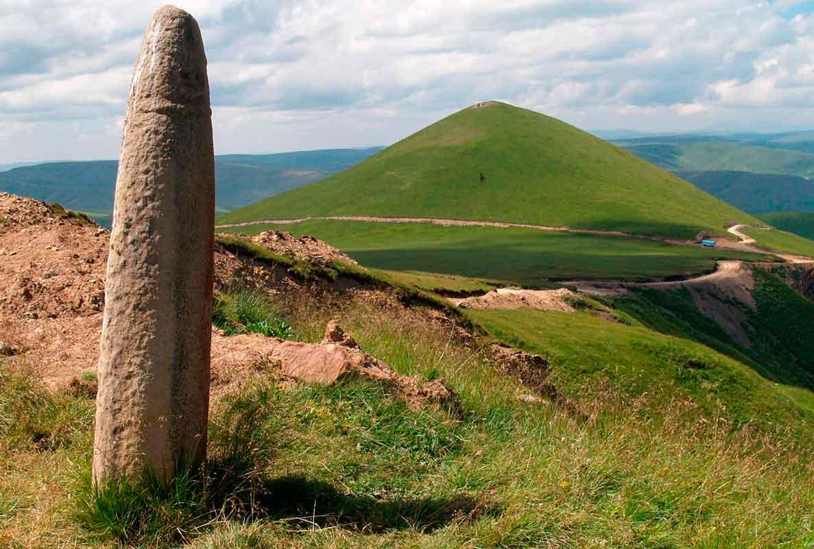 г. Тузлук (известная как Священная гора и Кавказская пирамида), Северное Приэльбрусье.