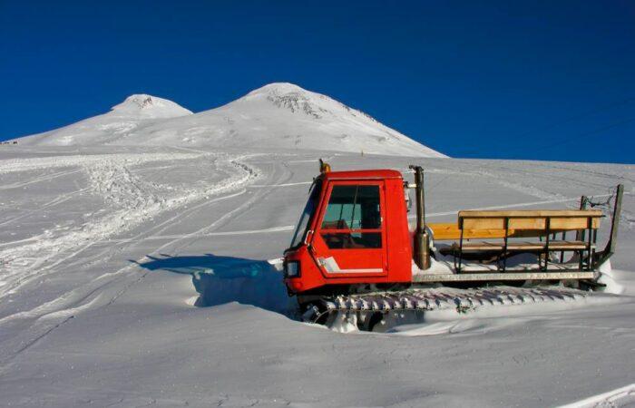 """Снегоходы на горе """"Эльбрус"""""""